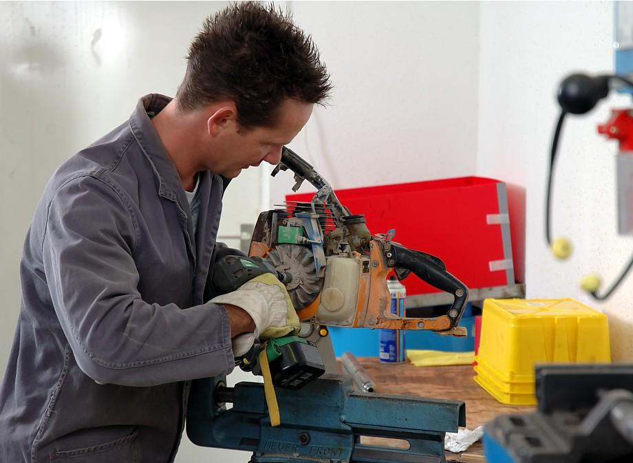 Reparatur eines STIHL Trennschleifers durch unseren Werkstattmeister